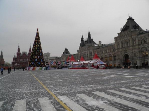 Δίπλα απο το Χριστουγενιατικο δέντρο(Елка ),εχει στηθεί ενα παγοδρόμιο.