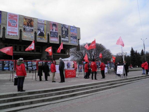 Οι κομμουνιστές στις πλατείες