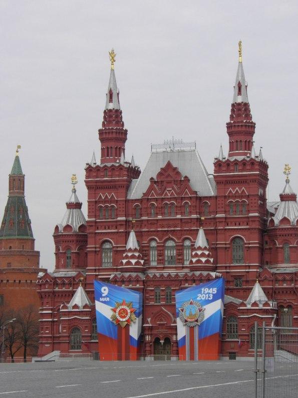 Τα Σοβιετικά σύμβολα γεμίζουν ξανά την πόλη .