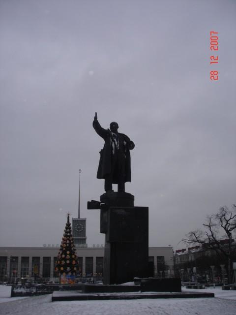 Φυσικά,ξεκινάμε με την Αγια Πετρούπολη ,όπου μπροστά απο τον σταθμό ξεκίνησε η επανάσταση